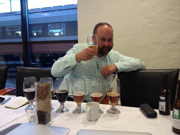 Anders Christensen drikker øl fra To Tårn